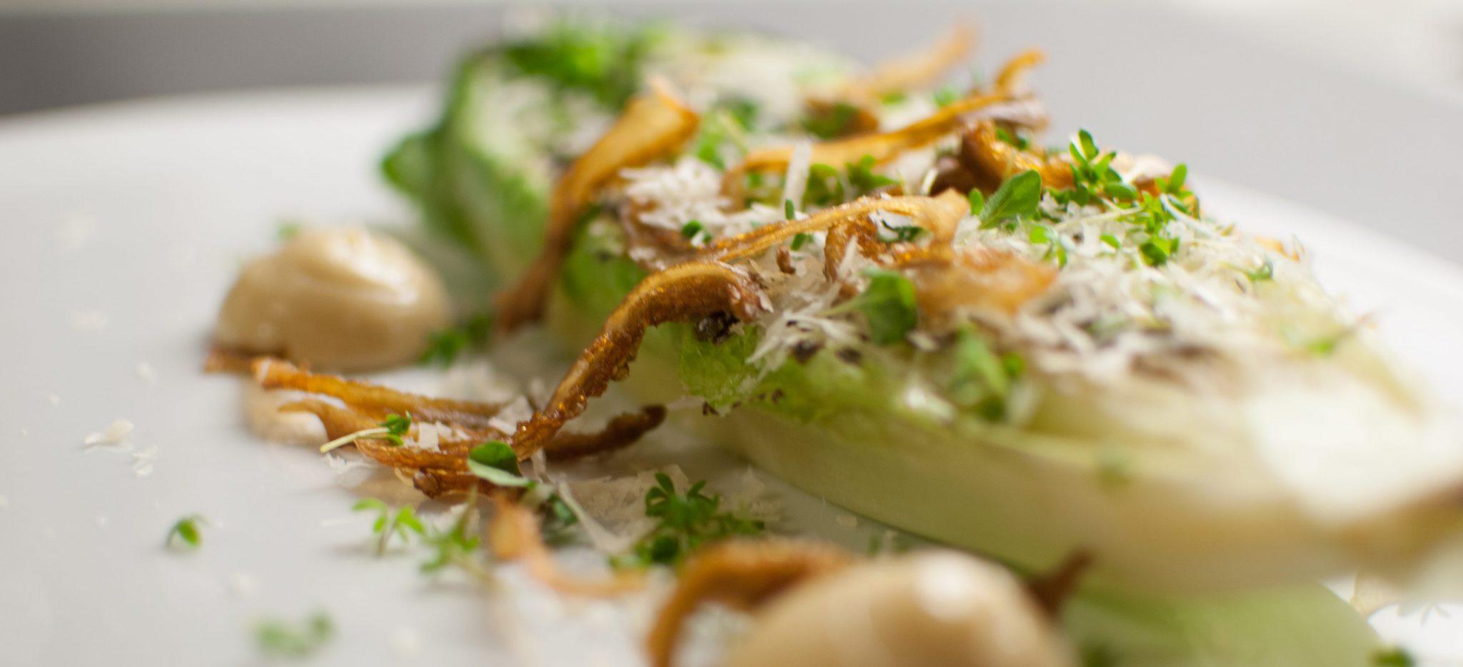 Grillad romansallad med sojamajonnäs, friterad ostronskivling, parmesan och örter