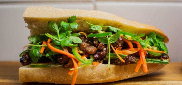 Banh Mi med Citrongräsmarinerat fläsk, pickles, chilisås och koriander