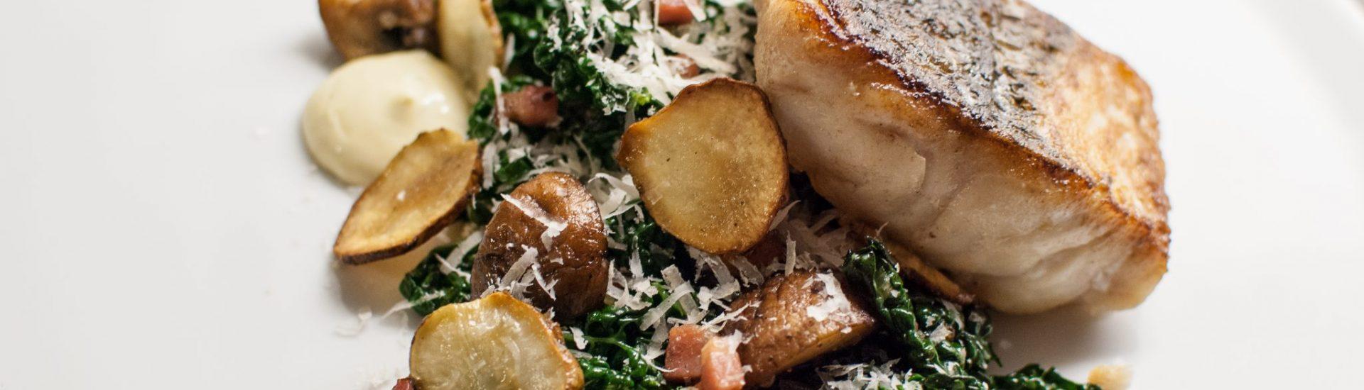 Stekt kummel med svartkål, skogschampinjon, rökt sidfläsk, jordärtskockschips och lime- och vitlökskräm